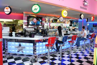 Memphis coffee implante un restaurant orl ans for Decoration annee 50 americaine